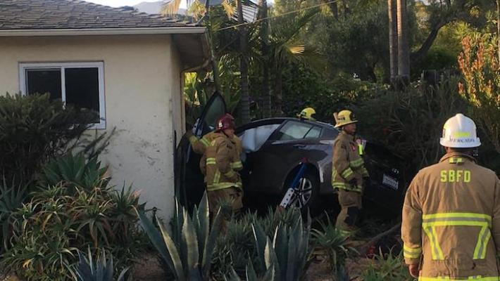 Vehicle Crashes into House title=