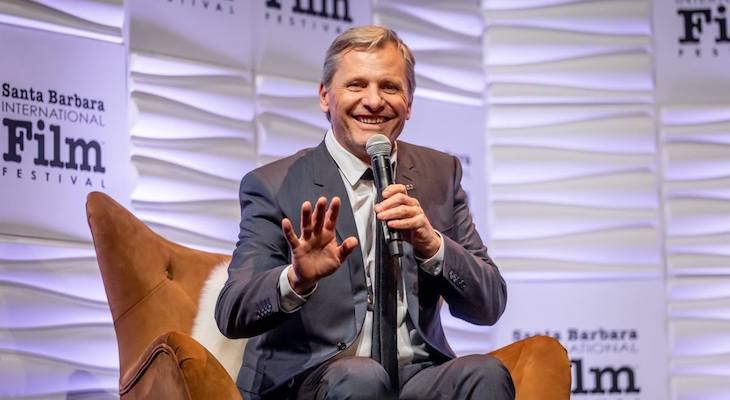 Viggo Mortensen Makes it Just in Time to Receive Award  title=