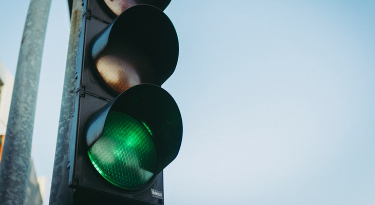 How to Drive Safely Through a Dark Traffic Signal title=