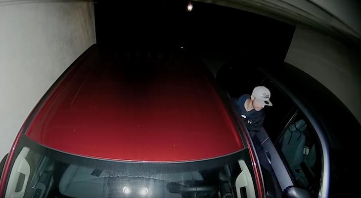 Car Burglar Caught on Camera title=